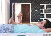 Sexoquentetv Mãe Cherie Deville Cata Filho na Punheta e Fode com Ele
